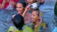 Gläubige Hindus feiern das Ganges-Fest