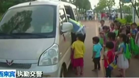 Polizei stoppt zwei Minibusse mit 60 Schülern