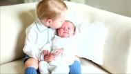 Royals zeigen Fotos von Prinzessin Charlotte und Prinz George