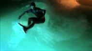 Wellenreiten bei Nacht dank Unterwasserbeleuchtung