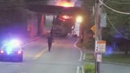 Lastwagen krachen regelmäßig in Brücke