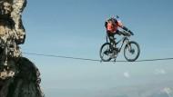 Spektakuläre Fahrt auf der Slackline auf 2700 Metern Höhe