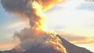 Colima spuckt Asche und Feuer