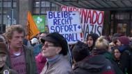 Tausende Pegida-Anhänger und -gegner stehen sich gegenüber