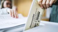 Zweifel an der Zuverlässigkeit: Stimmagabe in einem Frankfurter Wahllokal