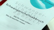 Informationsheft in einem Raum der Familienberatungsstelle der Diakonie in Bützow, Mecklenburg-Vorpommern.