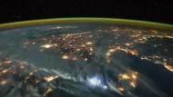 Orbit um die nächtliche Erde
