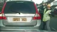 Verkehrskontrolle: Polizisten werden mit Ziegelsteinen beworfen