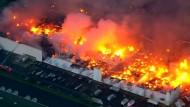 Großbrand wütet in Möbelfabrik