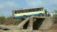 Brücke bricht unter Bus zusammen