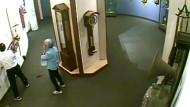 Tollpatsch zerstört Kunstwerk in Uhrenmuseum