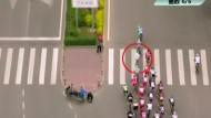 Fußgänger verursacht Massensturz