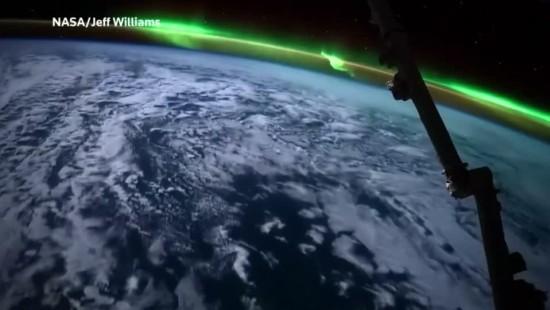 Spektakulärer Blick auf Erde und Polarlicht