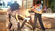 Sicherheitskräfte stellen Jungen mit Sprengstoffgürtel