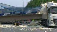 Fußgängerbrücke stürzt auf Autobahn