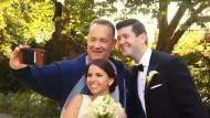 Tom Hanks schmuggelt sich ins Hochzeitsbild