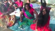 Hunderte Inder treiben sich ihre Dämonen aus