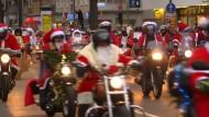 Weihnachtsmänner auf zwei Rädern