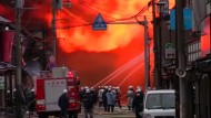Über hundert Gebäude in Flammen
