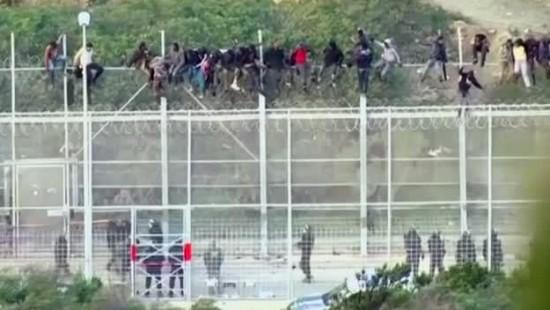 Mehr als 1000 afrikanische Flüchtlinge stürmen Grenzzaun von Ceuta