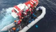 Seenotrettung von 1000 Menschen auf dem Mittelmeer