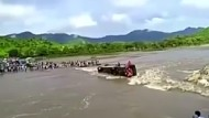 Bus wird von Fluss mitgerissen