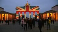 Wird es das in Zukunft noch geben? Das Brandenburger Tor leuchtet in Farben Großbritanniens.