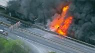 Großbrand lässt Highway einstürzen