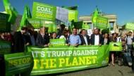Grüne und Greenpeace protestieren gegen Trump