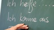 """""""Ich heiße..."""", """"ich komme aus..."""": Sätze, die Flüchtlinge hier in einem Deutschkurs lernen. Einige Leser möchten in Berichten über Migranten per se mehr über Herkunft und Religion erfahren."""