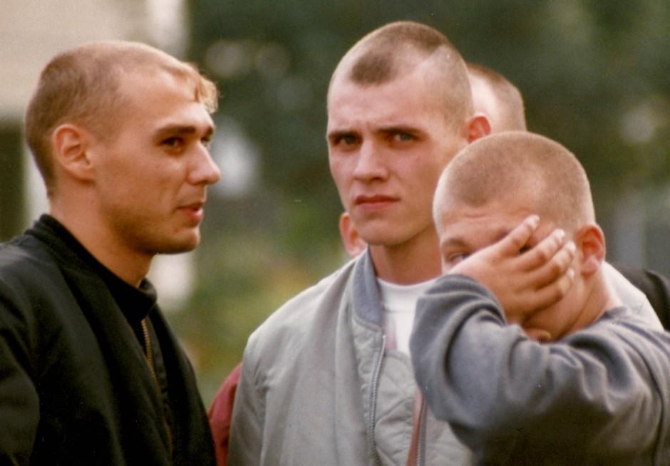 Uwe Mundlos (l.) und Uwe Böhnhardt (M.) aufgenommen im Herbst 1996 in Erfurt im Umfeld eines Prozesses gegen den Holocaust-Leugner Manfred Röder
