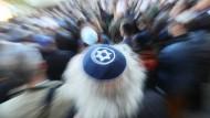 """Ein Mann mit einer Kippa nimmt im April 2018 an der Solidaritätskundgebung """"Berlin trägt Kippa"""" der Jüdischen Gemeinde zu Berlin teil."""