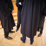 Anwälte im Gericht: Sie bekommen von 2021 an mehr Geld.
