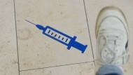 Immer der Nadel nach: Wegmarkierungen in einem Impfzentrum in Sachen