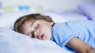 Schlafenszeit: Wenn Kinder über Nacht in der Kita bleiben könnten, wäre das nach Meinung der Römerkoalition eine Hilfe für Alleinerziehende.