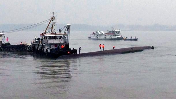 Menschen in gekentertem Schiff eingeschlossen