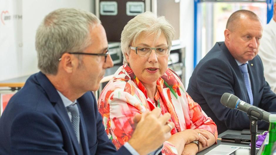 Petra Rossbrey, die Vorsitzende des Präsidiums der Frankfurter Awo, zwischen Axel Dornis (links) und Steffen Krollmann, den beiden neuen Vorständen der Frankfurter Arbeiterwohlfahrt