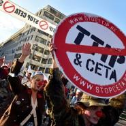 Gegner der Freihandelsabkommen auf einer Demonstration in Brüssel.