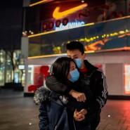 Ein Paar vor einem leeren Einkaufszentrum in der chinesischen Millionenmetropole Wuhan.