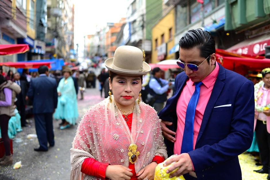 Gäste und Tänzer des Preste-Fests warten auf andere kulturelle Vereinigungen der Aymara in den Straßen von La Paz vor der Kirche Jesus del Gran Poder. Während dem Fest vergeben die diesjährigen Organisatoren die Verantwortlichkeit des Festes an andere Aymara-Gruppen, die deshalb auf der Straße warten und hoffen, das nächste Fest organisieren zu dürfen.