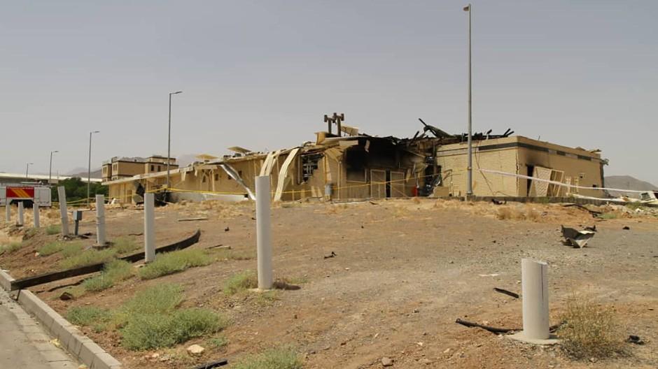 Blick auf ein Gebäude der Atomanlage Natans am 2. Juli, das von einem Feuer stark beschädigt wurde.