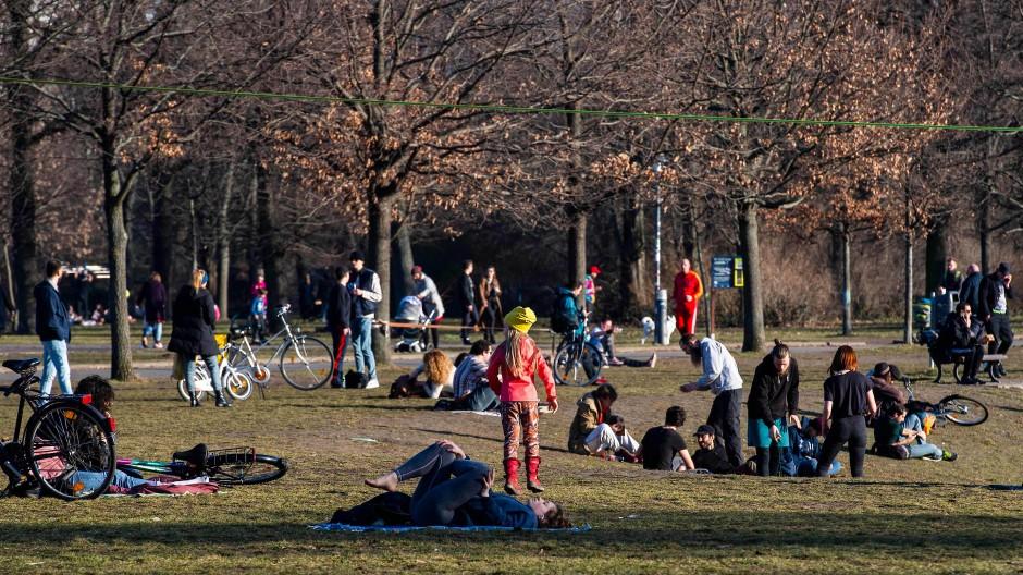Das warme Frühlingswetter hat viele Menschen in Berlin nach draußen gelockt.