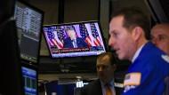 Händler in der New Yorker Börse verfolgen eine Rede von Donald Trump.