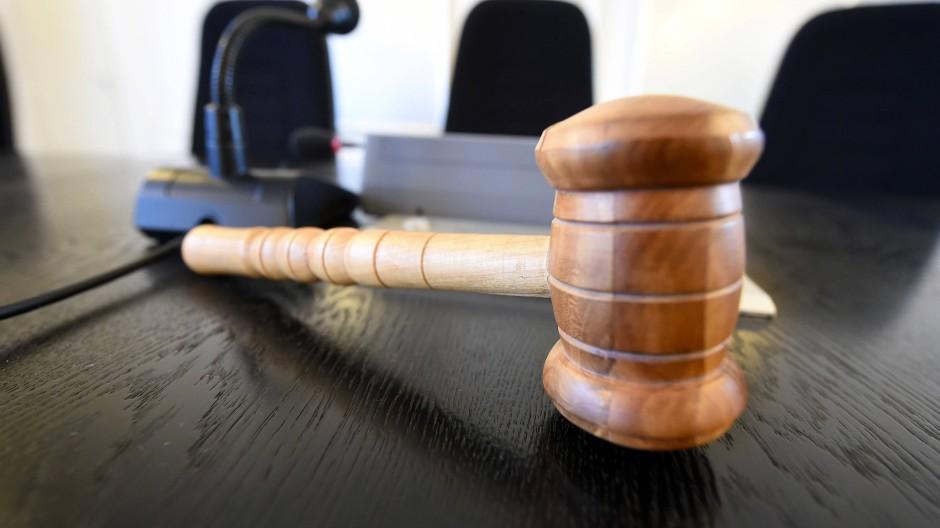 Im Namen des Volkes: Auf einer Richterbank im Landgericht Karlsruhe liegt ein Hammer aus Holz.