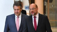 SPD-Kanzlerkandidat und Parteivorsitzender Martin Schulz (r) mit Außenminister Sigmar Gabriel