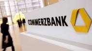 Allein im Privatkundengeschäft will die Commerzbank 1800 Stellen abbauen - vorwiegend junge Banker sollen gehen