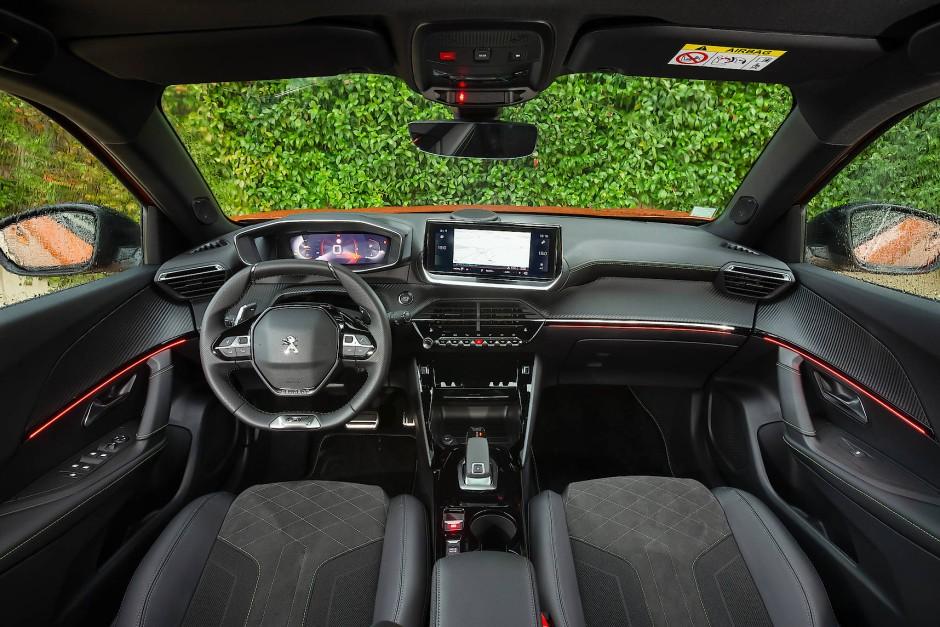 Lässt tief blicken: Cockpit und Tachoeinheit des Peugeot 2008.