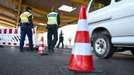 Bundespolizisten kontrollieren Einreisende an der Schweizer Grenze in Kreuzlingen