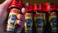 Abwehrbereit: Die Frankfurter kaufen mehr Pfefferspray als früher.