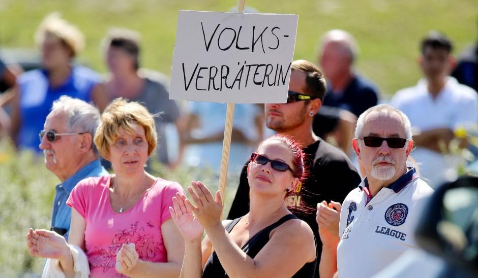 Heidenau, August 2015: Kanzlerin Merkel wird beschimpft. Über diese neue Verrohung politischer Auseinandersetzung erzählt Hillary Clintons Buch auch.